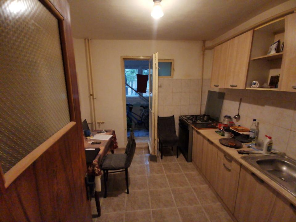 Apartament 3 camere cu balcon la parter in zona Crangasi